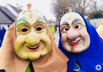2 Personen mit Birnen- und Zwetschgenmaske
