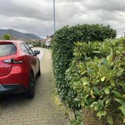 Auto parkt auf Gehweg