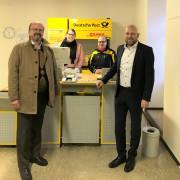 Bernd-Otto Bührle (links), Mitarbeiter der Deutschen Post und Ortsvorsteher Daniel Fritz (rechts).