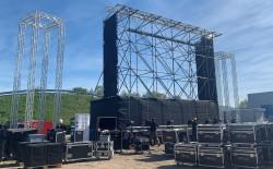 Aufbau der Leinwand von Drive-in Bühl - Autokino & Events
