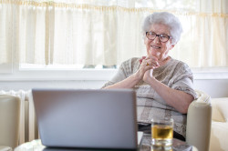 Ältere Frau macht eine Videokonferenz am Laptop