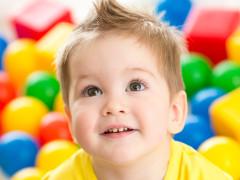 Kindergartenkind im Bällebad