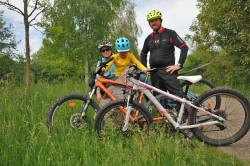 Familie Fröhlich mit ihren Fahrrädern