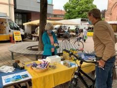 Die Mitglieder der Fairtrade-Steuerungsgruppe verkaufen fair gehandelte Produkte auf dem Bühler Wochenmarkt.