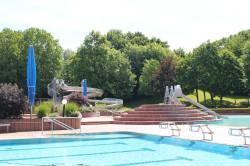 Blick auf das Schwimmbecken um Schwarzwaldbad