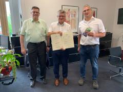 581.607 Euro vom Land: Oberbürgermeister Hubert Schnurr, Markus Benkeser vom Eigenbetrieb Breitbandnetz (rechts) und Kämmerer Thomas Bauer halten den neuesten Förderbescheid in Händen.
