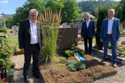 Kranzniederlegung am Grab von Otto Stemmler