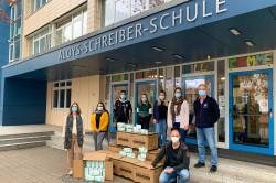 Die Freude über die Maskenspende war groß bei den Verantwortlichen der Aloys-Schreiber-Schule: Claudia Steinkopf, Isabel Trenkle, SMV-Vertreter, Vertrauenslehrerinnen, Mario Panter (kniend), Markus Kraus (rechts).