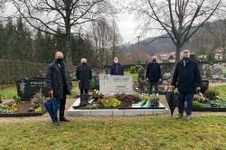 Hubert Schnurr (von rechts), Wolfgang Jokerst, Hans-Wilhelm Juchem sowie Hansjörg Willig und Bernd Sierakowski haben auf dem Neusatzer Friedhof Theodor Schaufler gedacht.