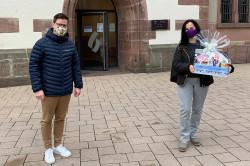 Sebastian Böckeler überreicht Veronika Barth den Hauptpreis des Adventsquiz