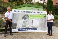 Markus Benkeser und OB Schnurr zeigen ein Baden.Net-Werbebanner. Nach und nach werden nun auch die Ortsteile erschlossen.