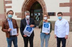 Christoph Engelhardt (Bessey & Flammer), Oberbürgermeister Hubert Schnurr und der Vorstand von Bühl in Aktion, Catrin Hammig und Sebastian Böckeler, zeigen das gemeinsame Luca-Plakat.