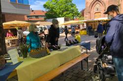 Mitglieder der Steuerungsgruppe Fairtrade-Stadt Bühl haben auf dem Wochenmarkt den Bühler Stadtkaffee und fair gehandelte Schokolade verkauft.