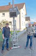 Oswald Häringer und Edgar Kistner beim Aufbau der Messgeräte