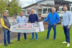 Erfreute Gesichter, von links: Bauleiter Reiner Armbruster, Thomas Vogt und Thomas Schlien vom SV Vimbuch, Tiefbau-Chef Wolfgang Schuchter, Sportlehrer Christian Dörfer.