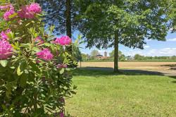 Umfangreiche Grünanlagen beim Friedhof in Oberbruch.