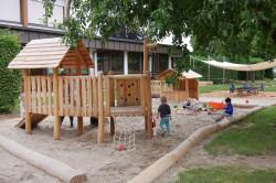 Kinder spielen im neuen Krippenbereich