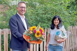 Ortsvorsteher Jürgen Lauten übergibt Blumenstrauß an Silvia Lerch