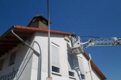 Nützliche Wohnstätte für gefährdete Tiere: Schwalben-Nester und Fledermauskästen wurden am Feuerwehrgebäude in Oberbruch montiert.