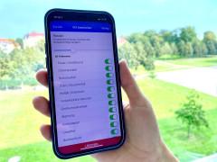 App wird auf Smartphone-Bildschirm präsentiert