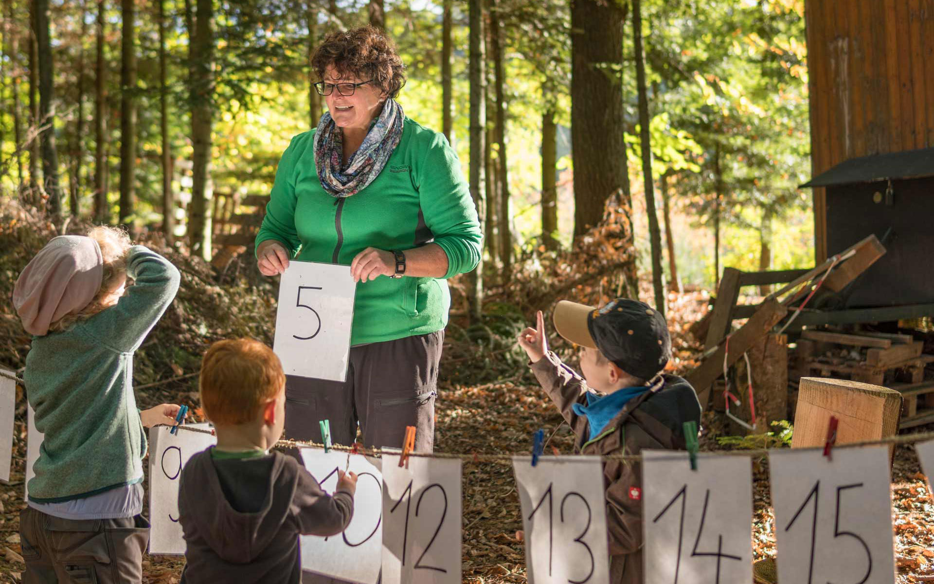 Erzieherin mit Waldorfkindern im Wald