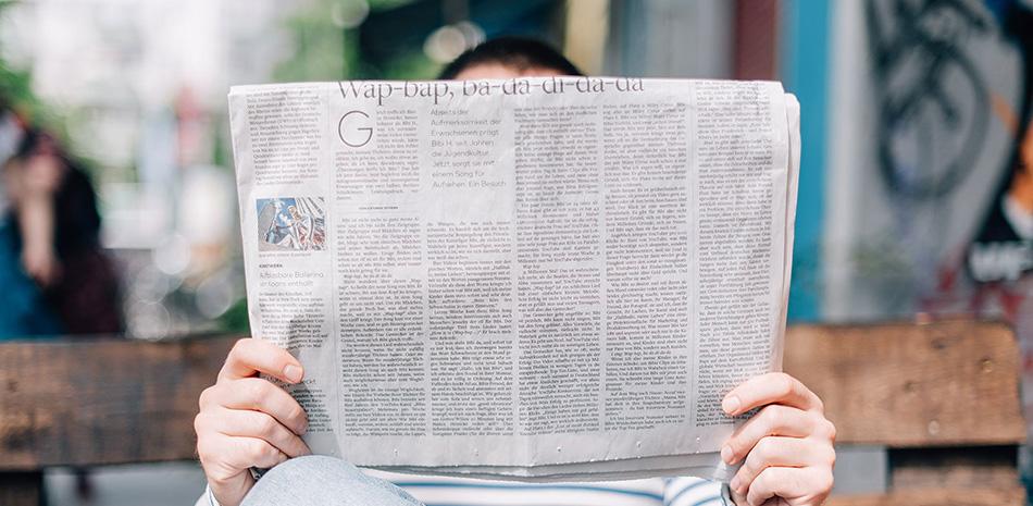Zeitungslesender Mann