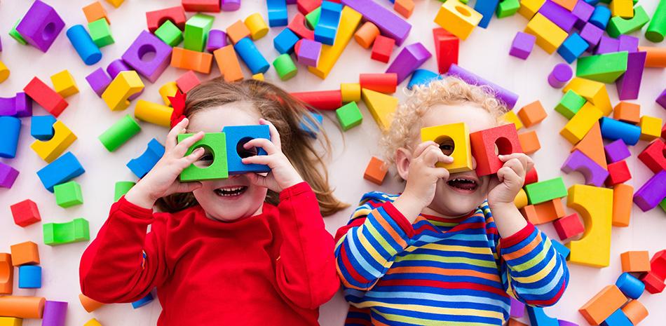 Spielende Kinder mit Bauklötzen