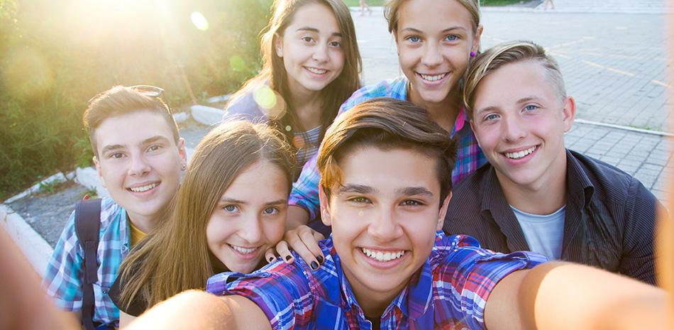 Gruppe Jugendlicher macht Selfie