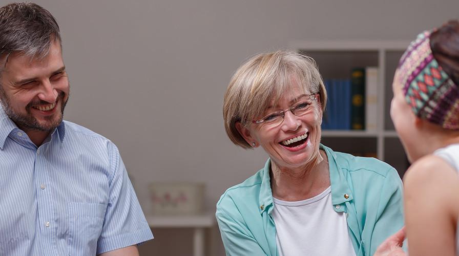 Lachende Menschen bei einer Unterhaltung