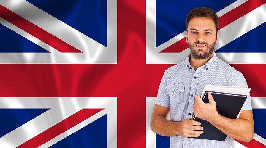Flagge Großbritannien und Mann mit Schulungsunterlagen