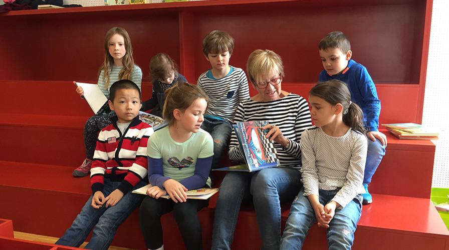 Vorlesestunde in der Mediathek mit Kindern