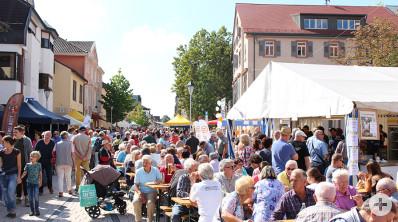 Belebte Innenstadt während des Bühler Bauernmarktes