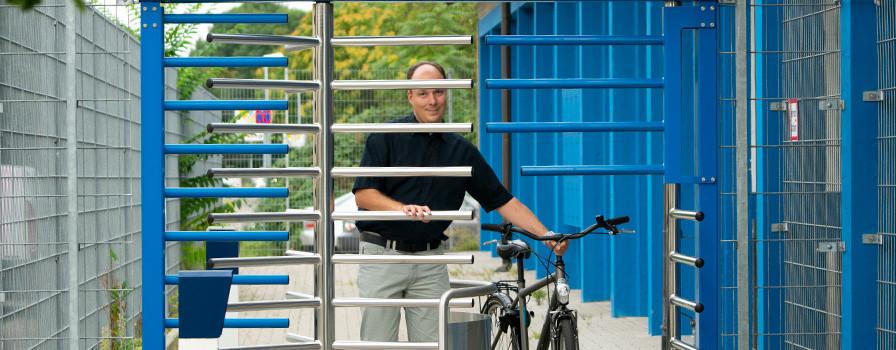 Radfahrer verlässt das Bühler Radhaus am Bahnhof mit Fahrrad