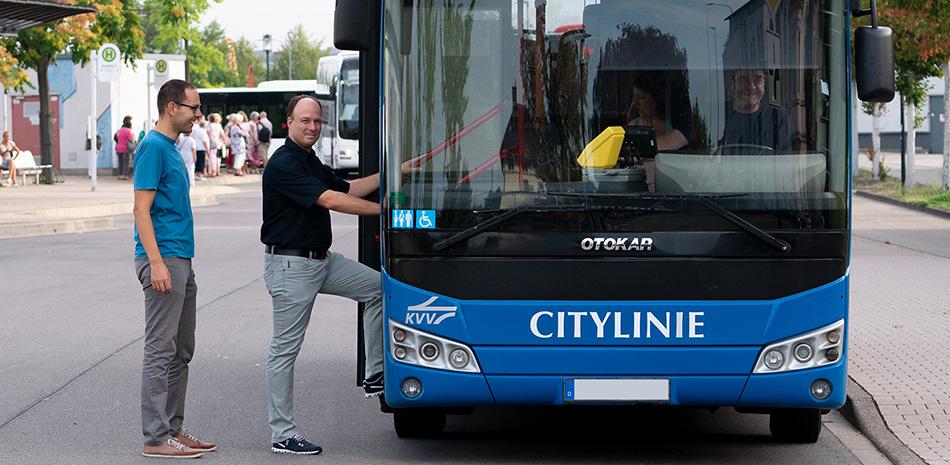 Bürger steigen in die Citylinie der Stadt Bühl