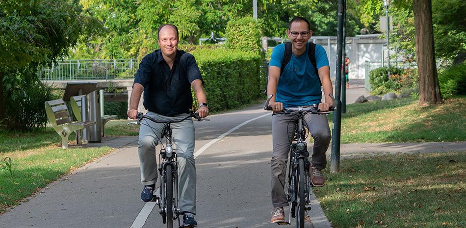 Zwei Fahrradfahrer auf dem Radweg im Bühler Stadtgarten