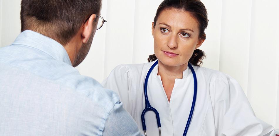 Patient im Gespräch mit einer Ärztin