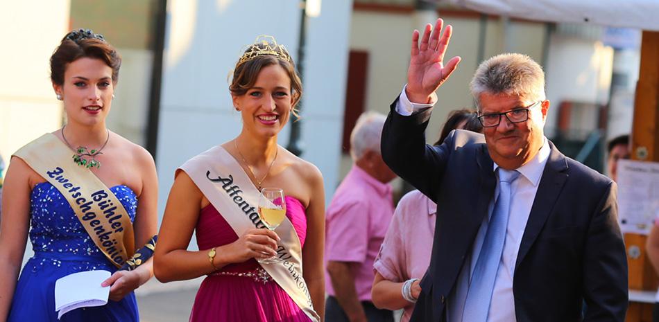 Oberbürgermeister Schnurr mit Zwetschgenkönigin und Weinkönigin