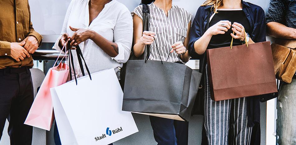 Gruppe von Menschen mit Einkaufstaschen