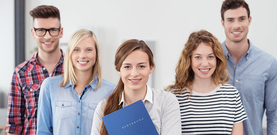 Gruppe junger Menschen mit Bewerbungsmappe in der Hand