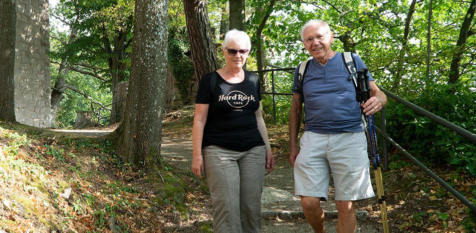 Seniorenpaar bei der Wanderung auf der Burg Windeck