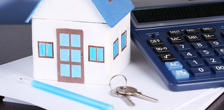 Miniaturhaus mit Wohnungsschlüssel, Mietvertrag und Taschenrechner