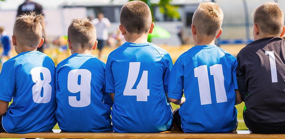 Fußball-Kinder auf Ersatzbank
