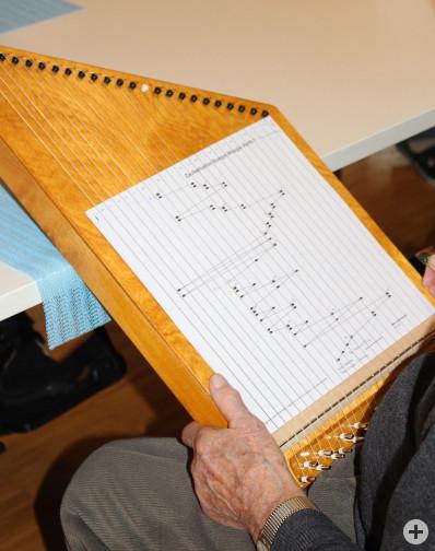 Mann spielt Zauberharfe