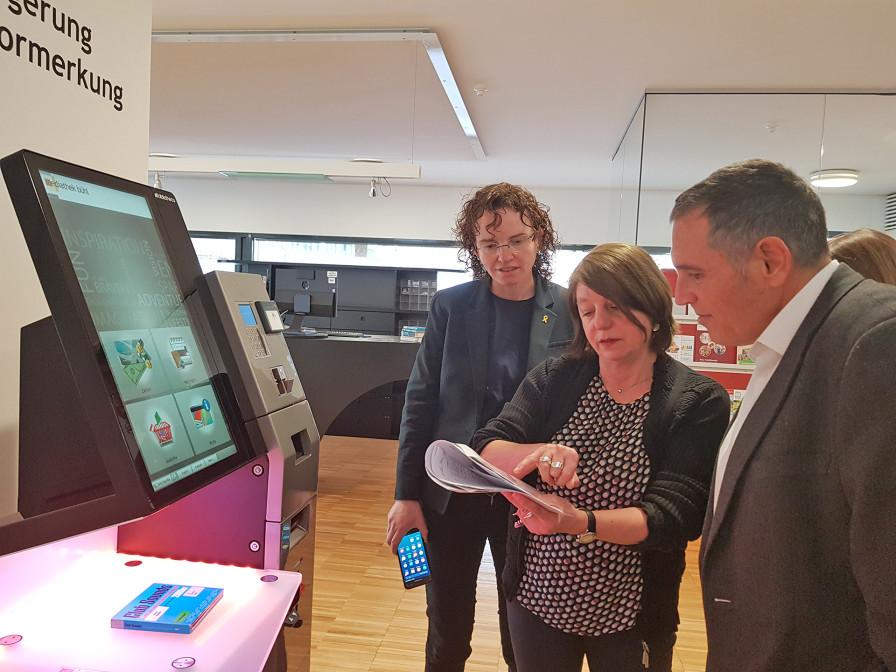 Mediatheksleiterin Sonja Kropp (Mitte) mit den Gästen aus Vilafranca, Pere Regull i Riba und Me-rixtell Montserrat.