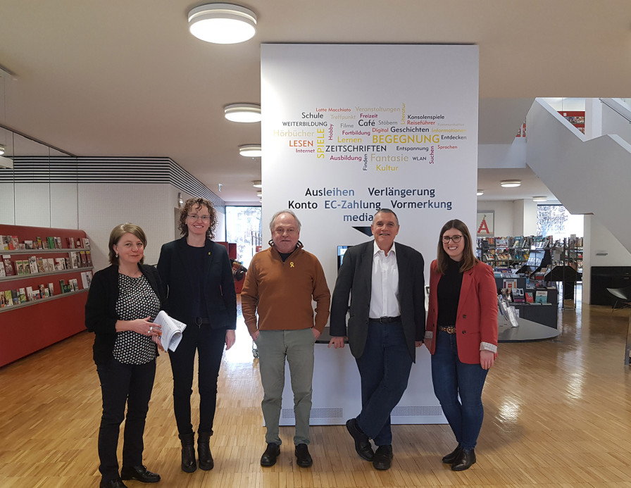 Mediatheksleiterin Sonja Kropp, Merixtell Montserrat, Ricard Rafecas, Bürgermeister Pere Regull i Riba und Julia Huber