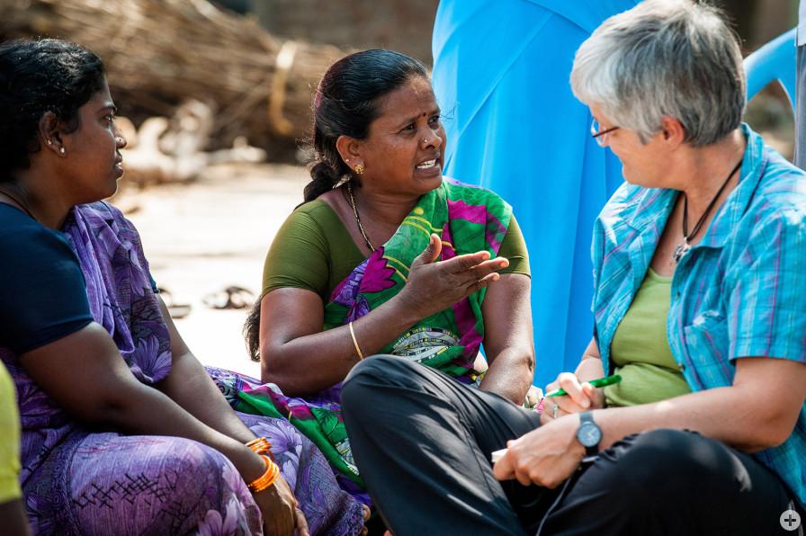 Kreditnehmerinnen der Partnerorganisation Guardian aus Indien diskutieren mit Oikocredit-Bildungsreferentin Dr. Christina Alff. Foto: Oikocredit