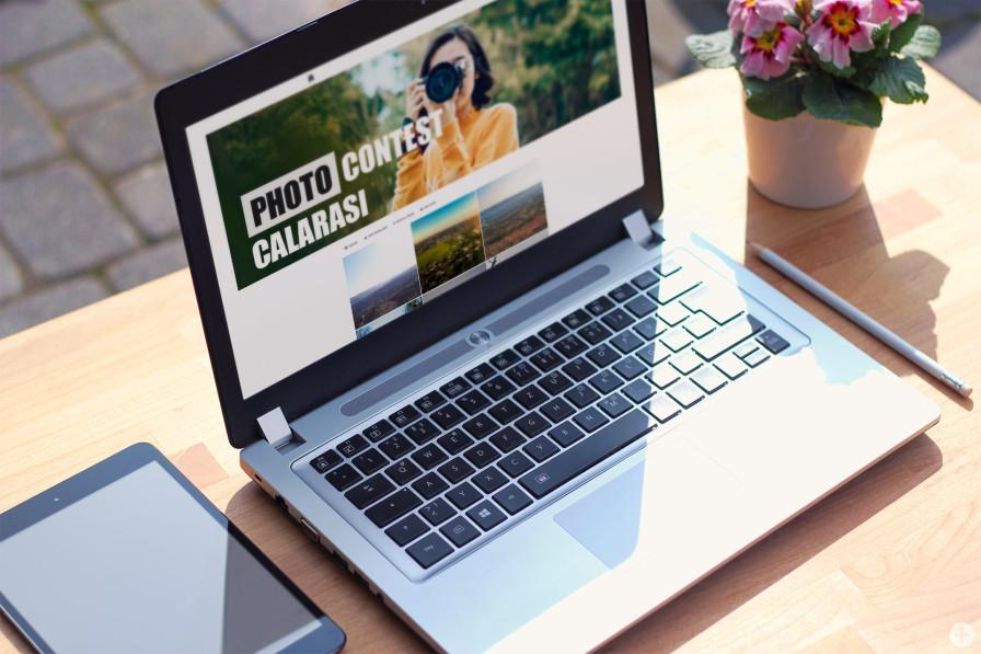 """Laptop mit Webseite des Fotowettbewerbs """"Zuhause in Kalarasch"""""""
