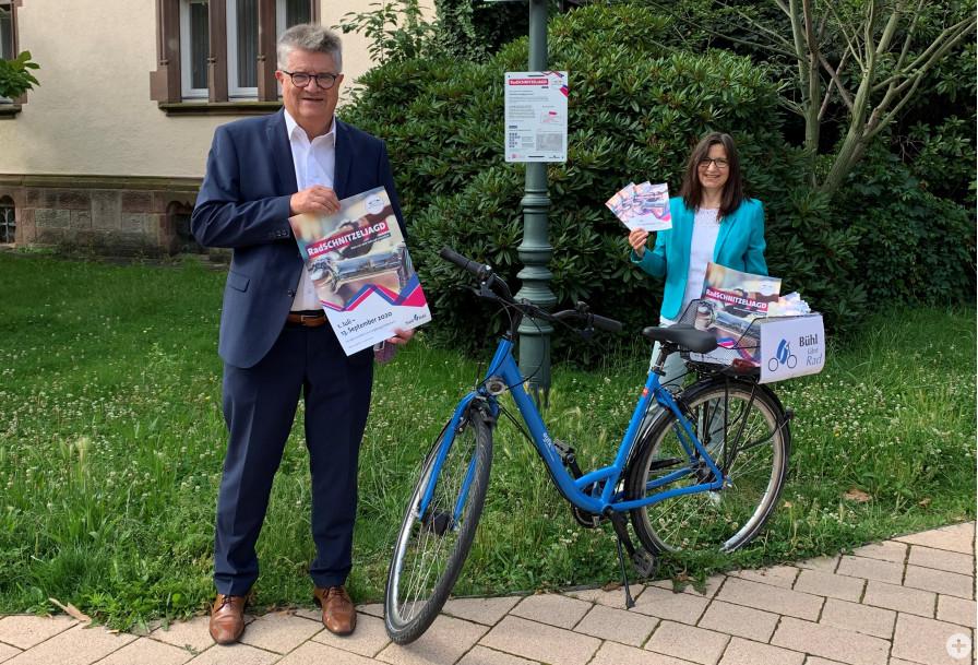 Oberbürgermeister Hubert Schnurr und Beate Link von der städtischen Sachgebiet Umwelt und Außenanlagen vor einem Stationsschild