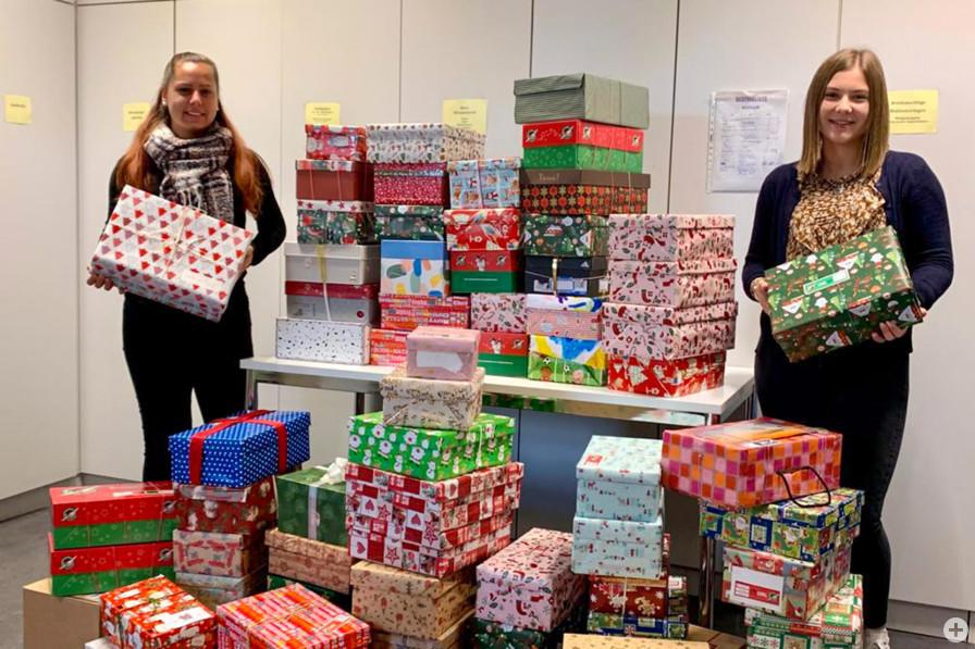 """""""Weihnachten im Schuhkarton"""": In Bühl wurden im Bürgeramt und in den Ortsteilen insgesamt 286 gefüllte Schuhkartons entgegengenommen."""
