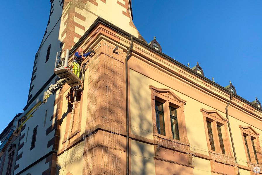 """Es sind die Vorboten für """"Bühl im Advent"""": Am Mittwoch wurden die ersten Lichter an den Rathäusern 1 und 2 montiert."""